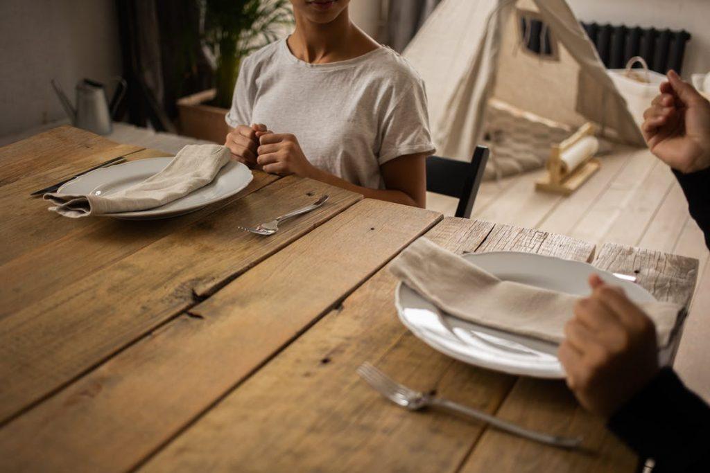 Personer om et bord